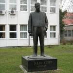 Spomenik Jovanu Dučiću u Somboru ispred Pedagoškog fakulteta