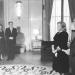 Mira Alečković u francuskoj ambasadi kad joj je bio uručen orden Legije časti, 5. maj 1983.