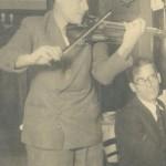 U maju 1926. godine stigao je u Pariz, u kojem živi kao pesnik-apaš a là Vijon, svirajući jedno vreme u bioskopu