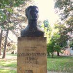 Skulptura Dušana Vasiljeva u Kikindi (rad vajara Aleksandra Zarina)